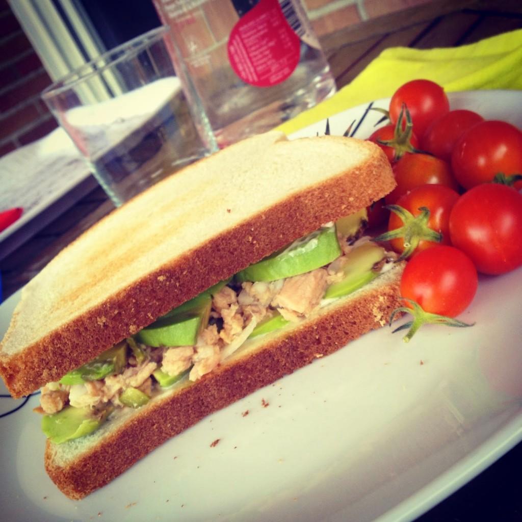 Sandwich de atun con aguacate